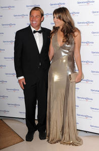 Элизабет Харли, фото 2295. Elizabeth Hurley - Operation Smile Ball in London - 11/10/11, foto 2295