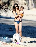 Camila Alves in a bikini at Malibu beach with son Levi, 01/18/09 Foto 7 (Камила Элвис в бикини на пляже Малибу с сыном Леви, 01/18/09 Фото 7)