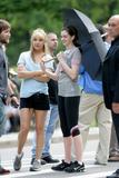http://img214.imagevenue.com/loc32/th_61598_Kate_Hudson_and_Anne_Hathaway_shade_under_an_umbrella_CU_ISA_030608_02_122_32lo.jpg